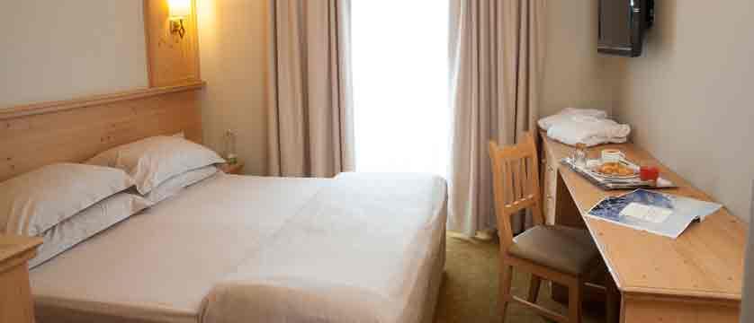 italy_livigno_hotel-alexander_bedroom.jpg